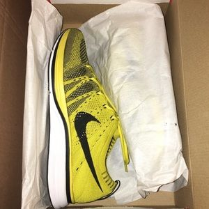Yellow Nike Flyknit Trainers! 💛🖤